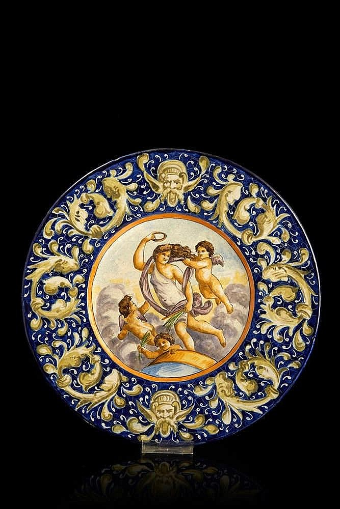 ITALIE   Plat circulaire en faïence polychrome à scène antique.  Diam: 34,5