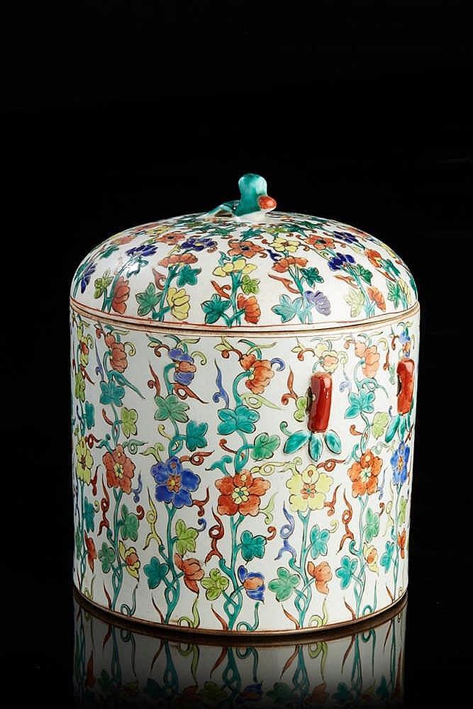 Important pot couvert   en porcelaine à décor milles fleurs  .  Travail asi