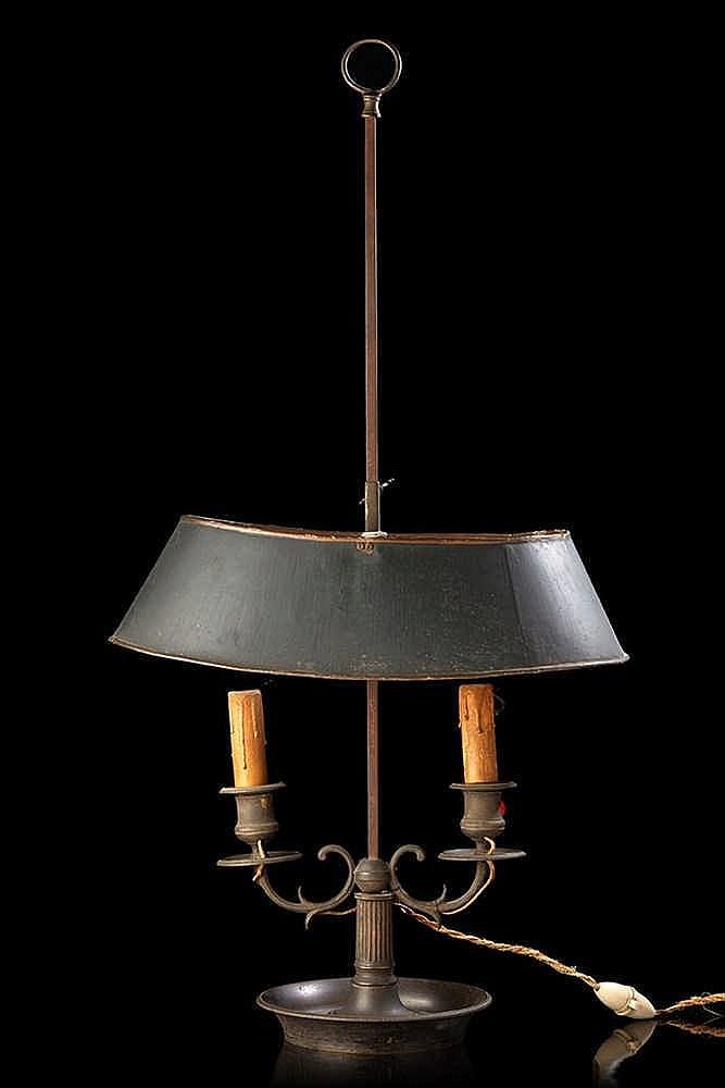Lampe dite « bouillotte » en bronze anciennement argenté ; le bouquet à