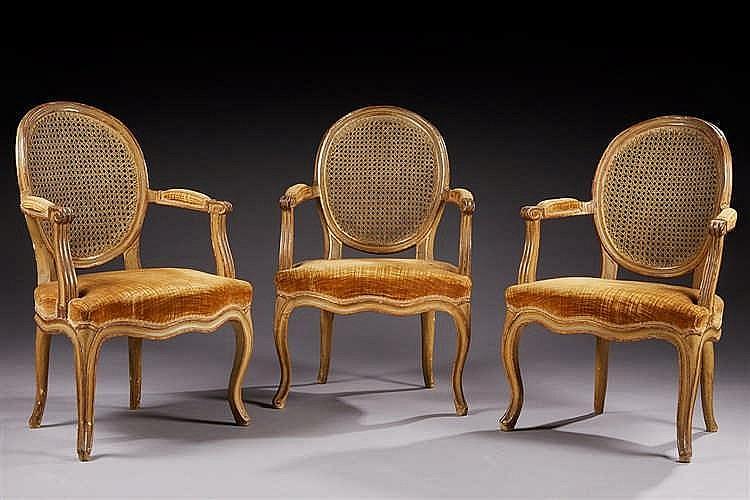 Suite de trois fauteuils dossier canné, garniture de tissu en velours jaun
