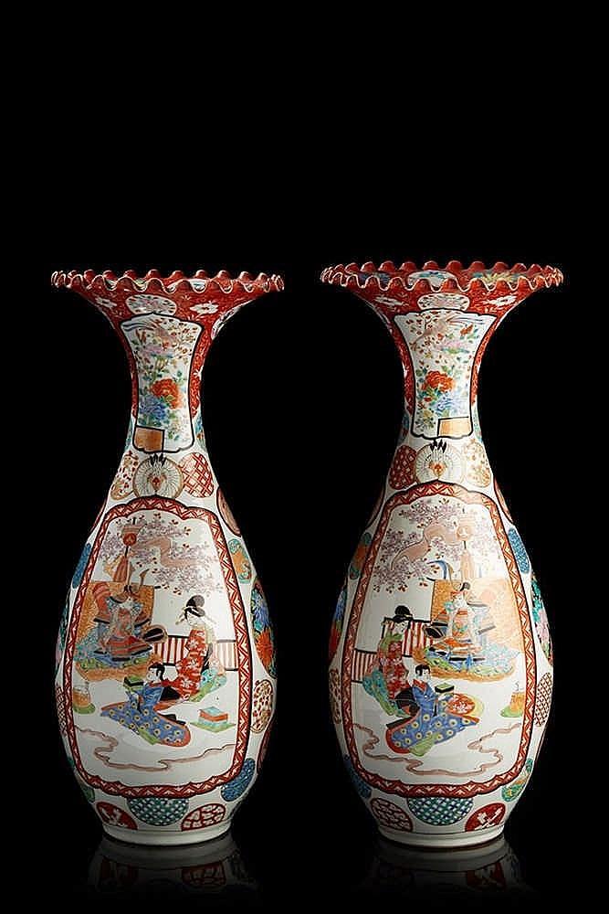 JAPON  Paire de vases cornet en porcelaine, décorés en polychromie de scène
