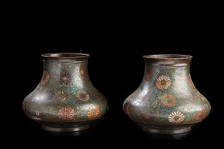 JAPON Paire de vases de forme balustre à panses aplaties en bronze cloiso