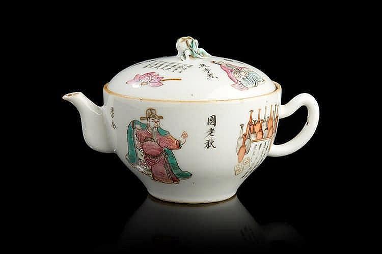CHINE Petite théière en porcelaine de forme circulaire décorée en émaux d