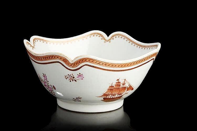 Saladier  à bordure à ressaut en porcelaine à décor de fleurs polychromes d