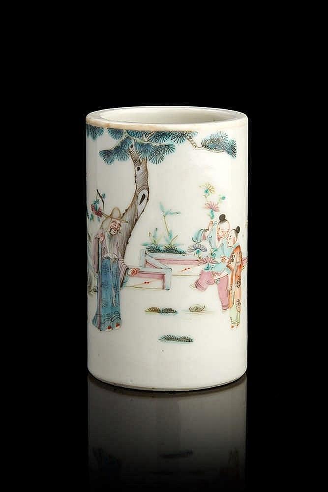 CHINE. Petit porte-pinceaux cylindrique décoré en émaux de la famille rose
