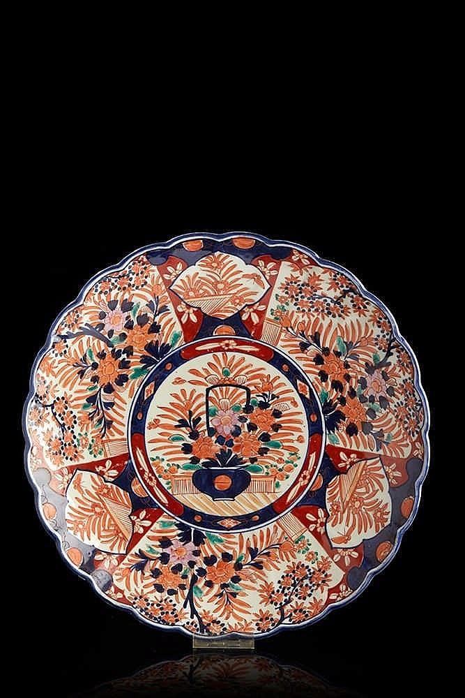 Plat en porcelaine à décor imari. XXe siècle. Diam. : 41 cm.