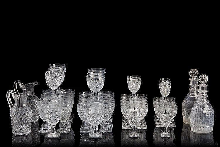 BACCARAT Important service de verre en cristal pointe de diamant, il comp