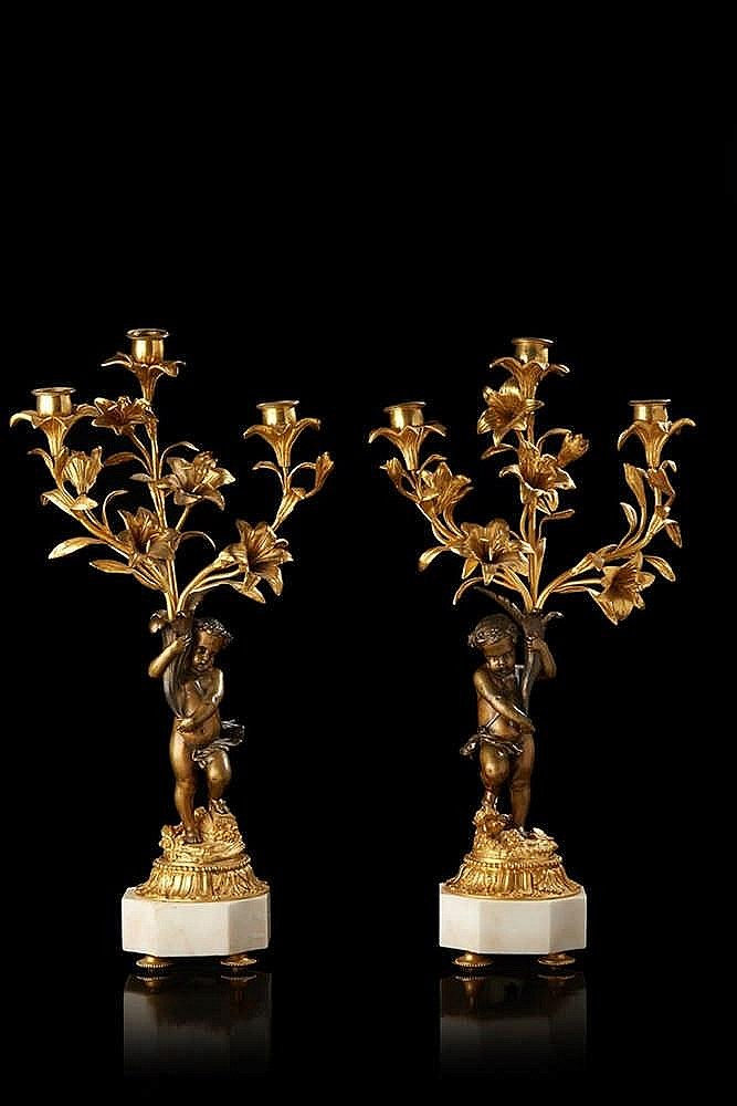 Paire de bougeoirs en bronze à deux patines, à trois bras de lumière figu