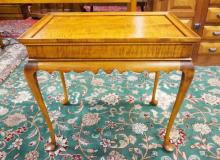 BENCH MADE TIGER MAPLE TEA TABLE BY ELDRED WHEELER. PEGGED CONSTRUCTION. SCALLOPED SKIRT AND QUEEN ANNE CABRIOLE LEGS. 28 1/2 X 18 1/2 IN AND 26 IN TALL.