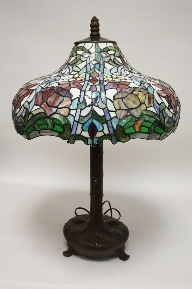 LEADED GLASS TABLE LAMP MEASURING 30 1 4 INCHES HIGH