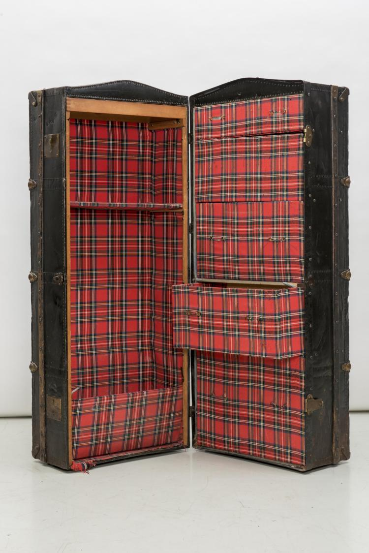 malle cabine en m tal noir int rieur tartan rouge. Black Bedroom Furniture Sets. Home Design Ideas