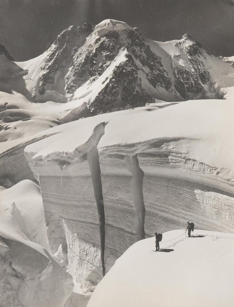 Pierre Tairraz (1933-2000), Panorama des Alpes et deux alpinistes. Tirage argentique des Alpes.