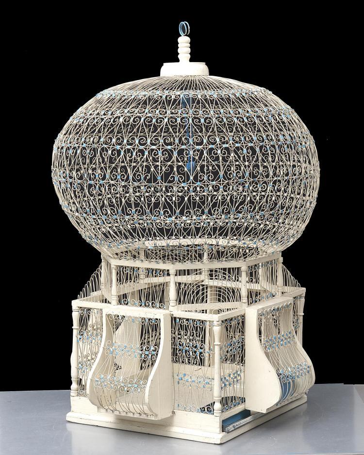 Cage oiseau en bois tourn fil de fer peint en blanc asse - Decoration cage oiseau ...