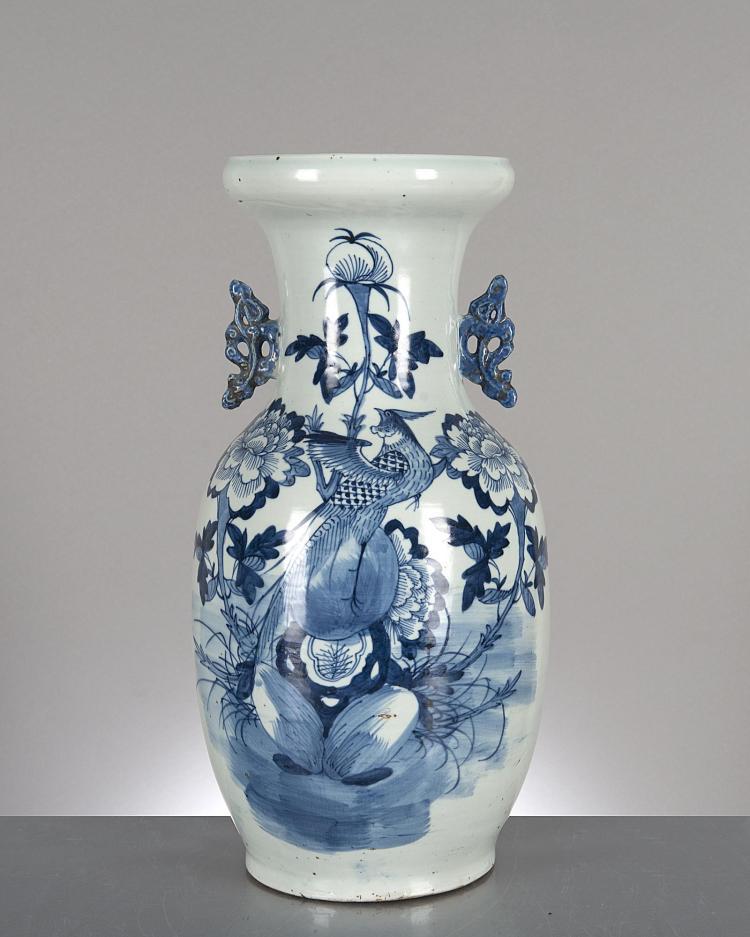 Vase en porcelaine de chine en b b d cor d 39 un oiseau et de for Porcelaine de chine
