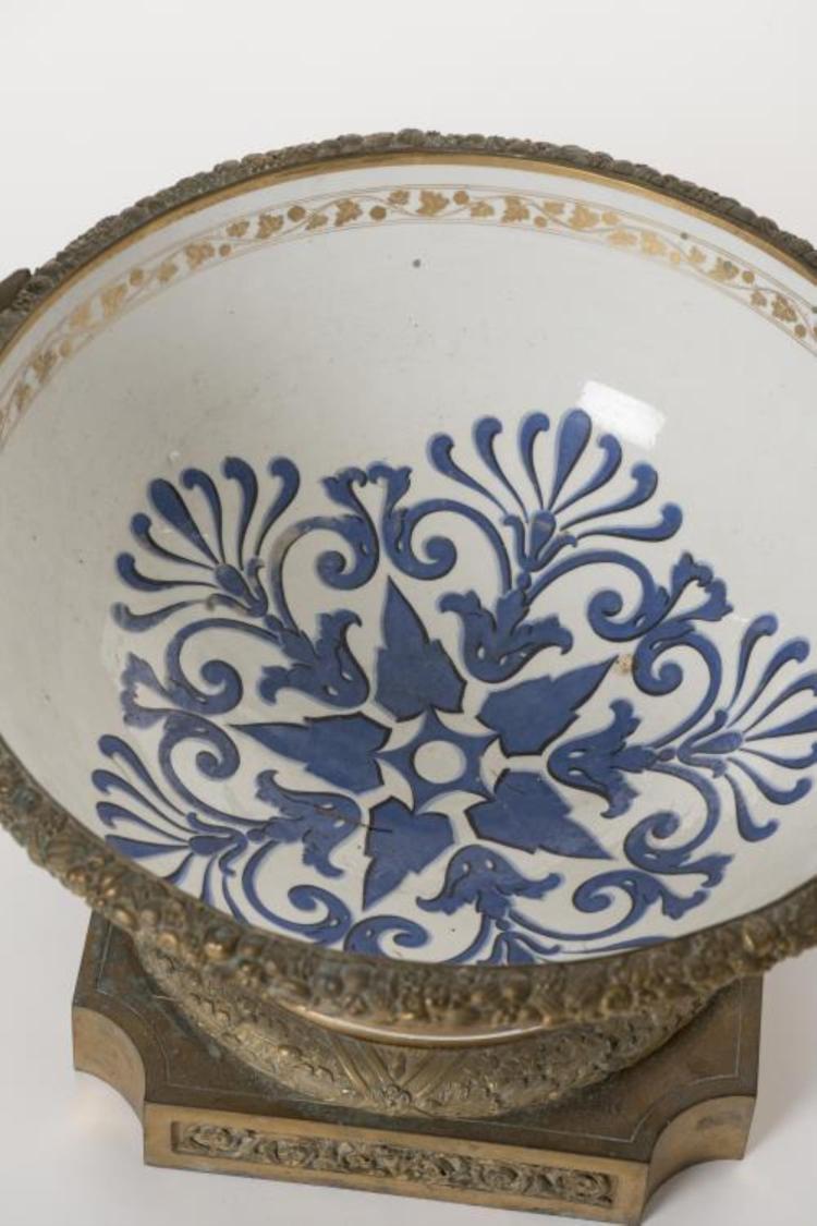 vasque en porcelaine de paris d cor de fleurs sur le marli