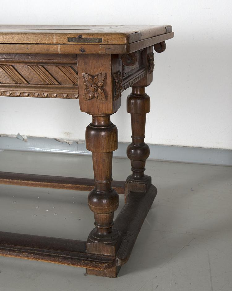 table de ferme à plateau en noyer de style Louis XIV avec de