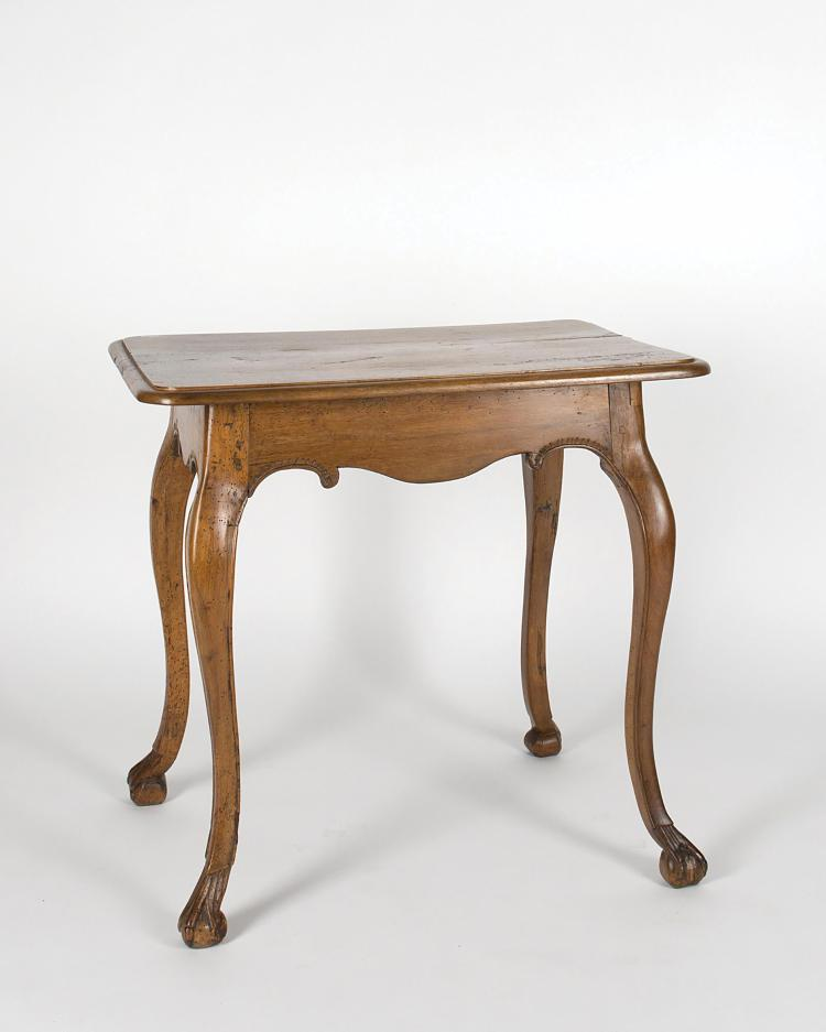 Petite table en noyer de st baroque 4 pieds cambr s termi for Table noyer 6 pieds