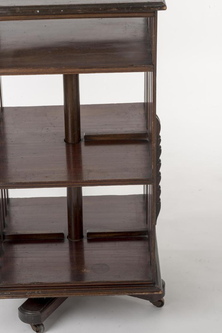 biblioth que tournante anglaise en acajou trois plateaux. Black Bedroom Furniture Sets. Home Design Ideas