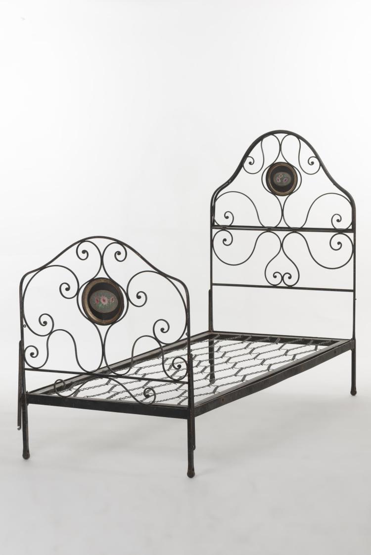 lit en fer forg peint en noir m daillon peint d cor de. Black Bedroom Furniture Sets. Home Design Ideas