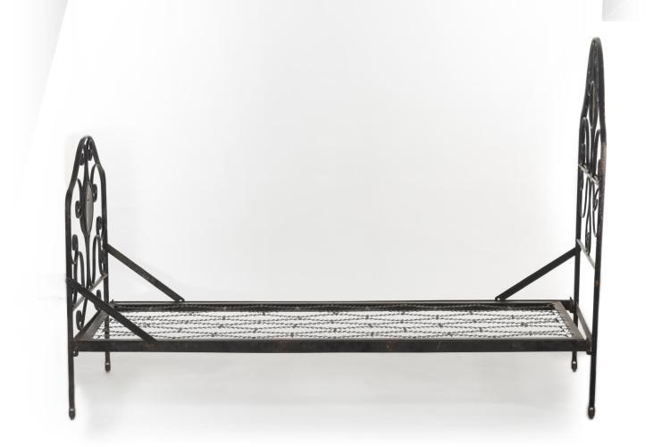 Lit en fer forg peint en noir m daillon peint d cor de - Lit fer forge 160x200 ...
