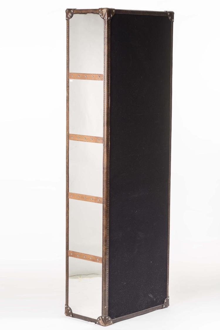etag re en bois recouverte de cuir. Black Bedroom Furniture Sets. Home Design Ideas