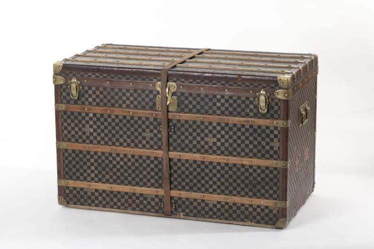 louis vuitton malle en bois et cuir motif damier. Black Bedroom Furniture Sets. Home Design Ideas