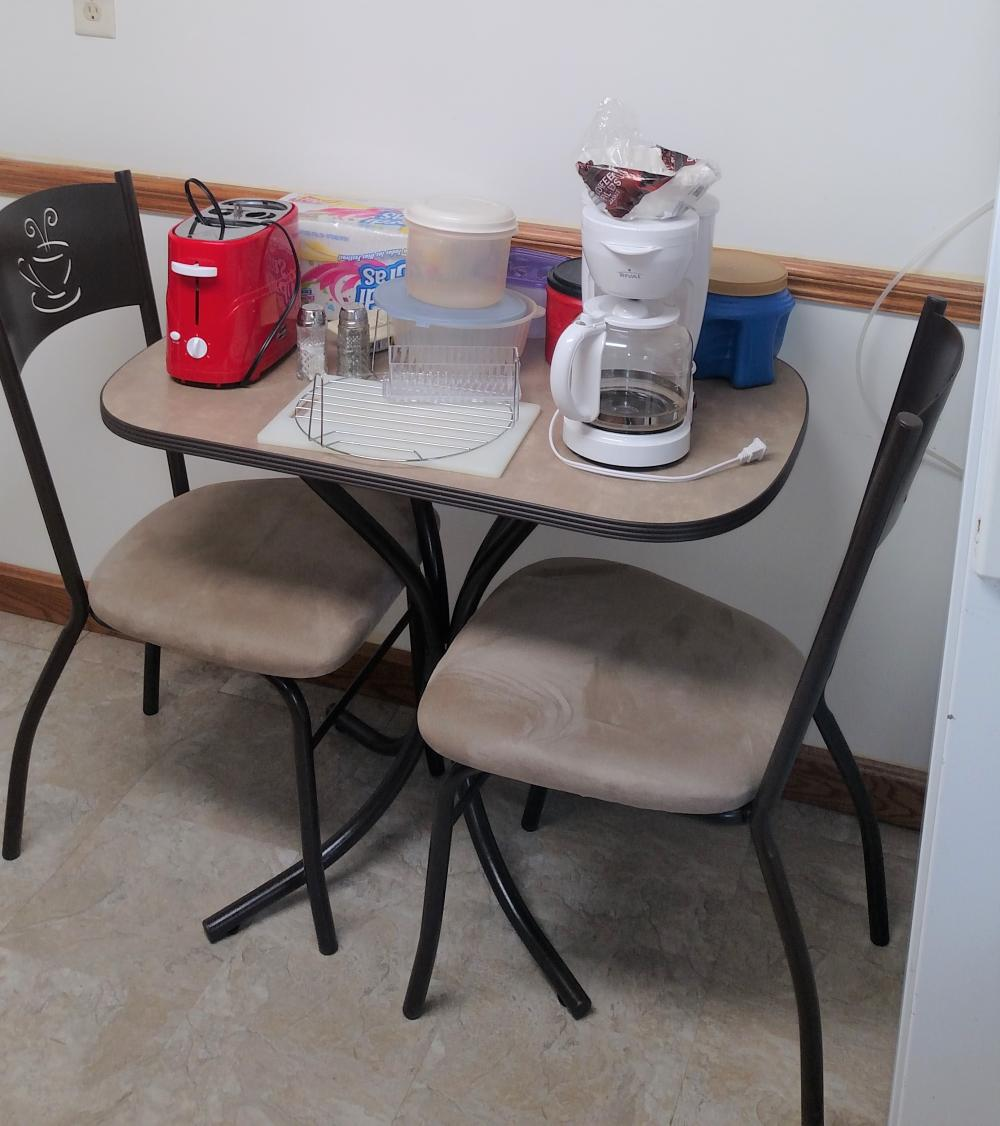 dinette table w/ 2 chairs plus décor