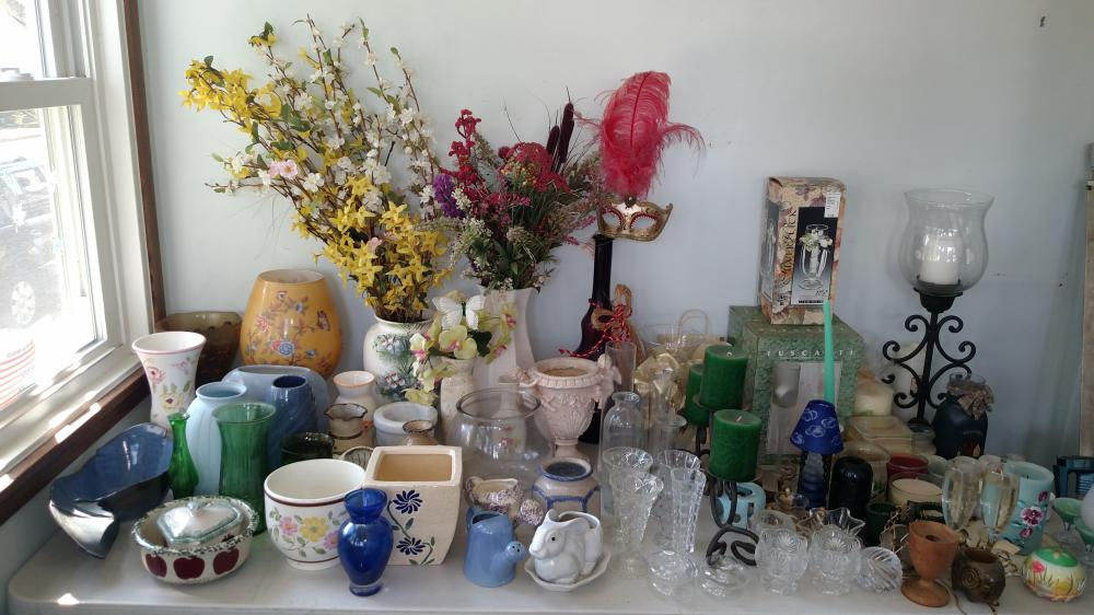 candles, vases, décor items, screen