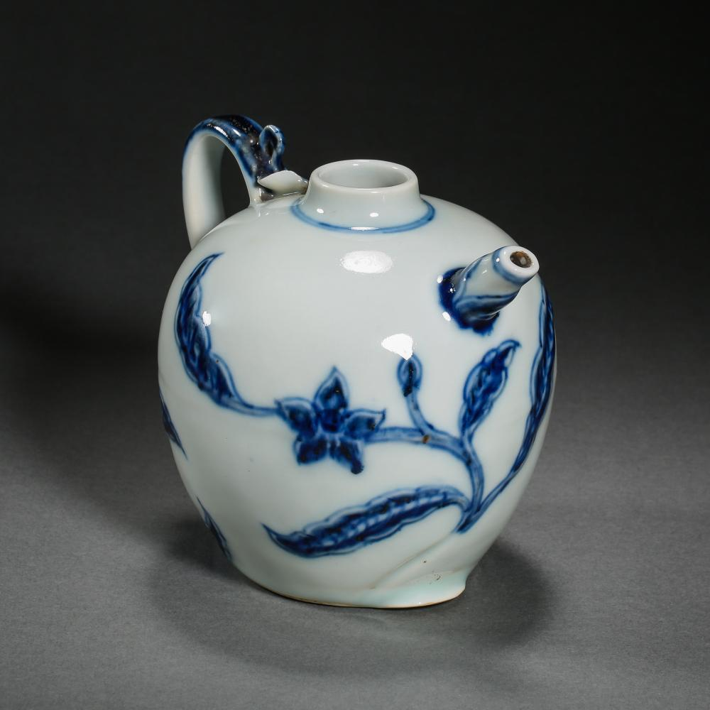 14TH CENTURY XUANDE, CHINA BLUE AND WHITE PORCELAIN POT