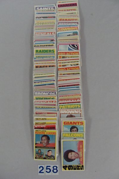 (138 DIFF.) 1972 TOPPS FOOTBALL CARDS