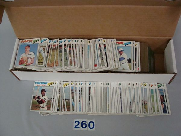 BOX WITH (800+) 1977 TOPPS BASEBALL CARDS -