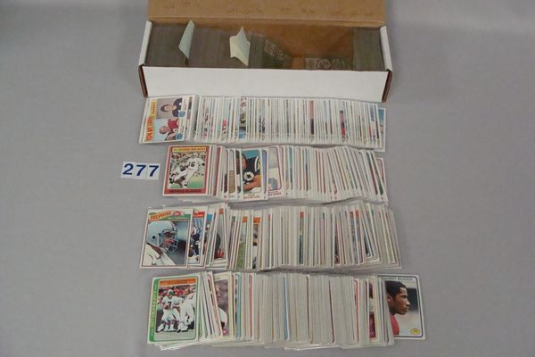 TOPPS FOOTBALL CARD LOT: (194 DIFF.) 1975,