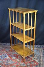 Etagère en bois, à poser, 4 tablards. H: 113cm, L: 62 cm, P: 34cm.