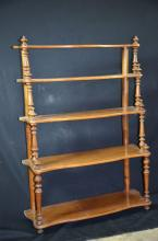 Etagère en bois à suspender, noyer, 5 tablards. H: 97cm, L: 70cm, P: 71cm.