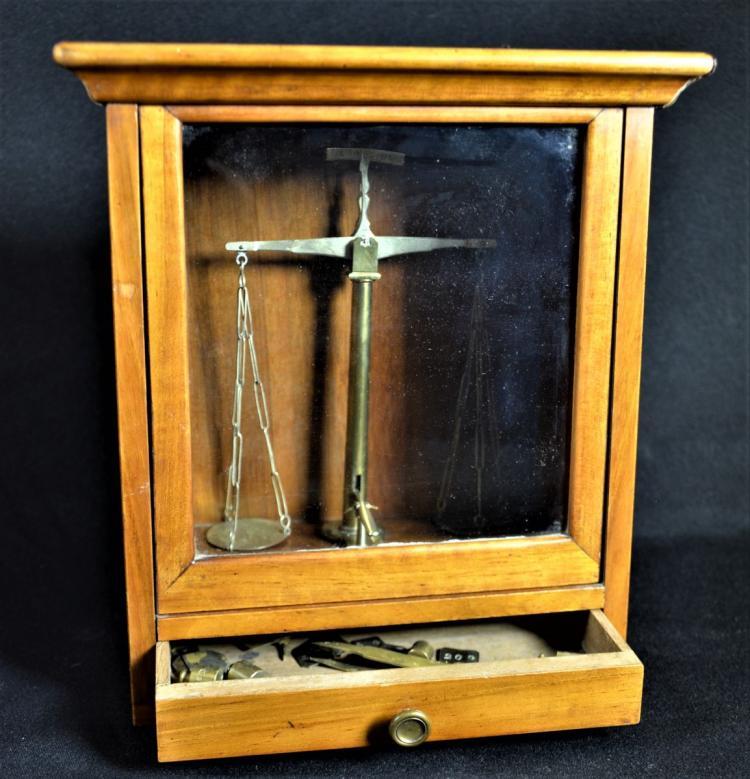 balance dans vitrine pour peser l or avec poids hauteur 24. Black Bedroom Furniture Sets. Home Design Ideas