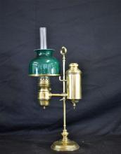 Quinquet d'horloger à pétrole en laiton, avec ancien globe en opaline verte, restauré. Hauteur:...