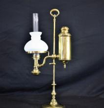 Quinquet d'horloger à pétrole en laiton. Globe opaline blanche. Restauré. Hauteur: 57cm.