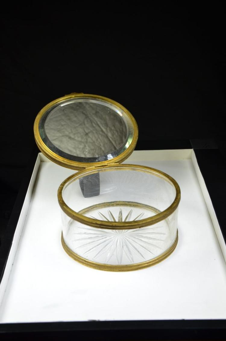 importante bo te ronde en cristal et bronze dor guilloch. Black Bedroom Furniture Sets. Home Design Ideas