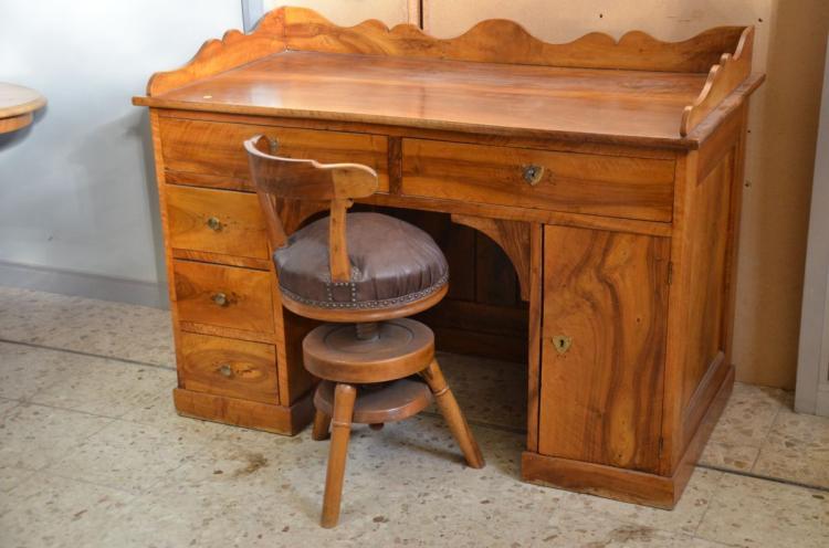 bureau en noyer 5 tiroirs et 1 porte avec chaise tournante. Black Bedroom Furniture Sets. Home Design Ideas