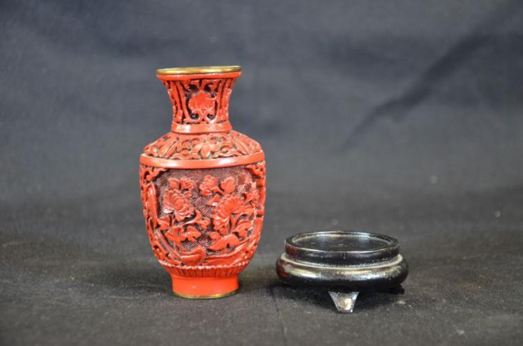 vase chinois en laque rouge sur fond laiton socle rond en b. Black Bedroom Furniture Sets. Home Design Ideas