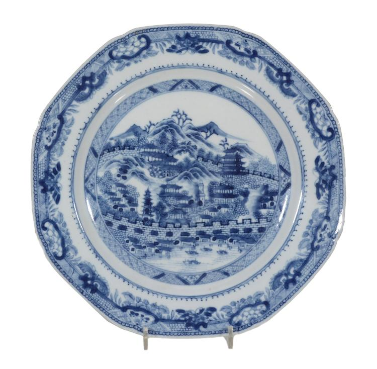 A Chinese blue and white 'Hong' pattern octagonal plate, Qianlong, 23
