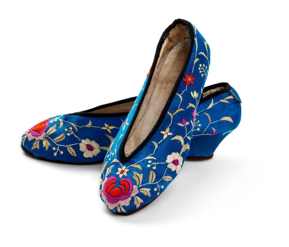 A PAIR OF CHINESE EMBROIDERED SILK LADY'S/GIRL'S SHOES, CIRCA 1930