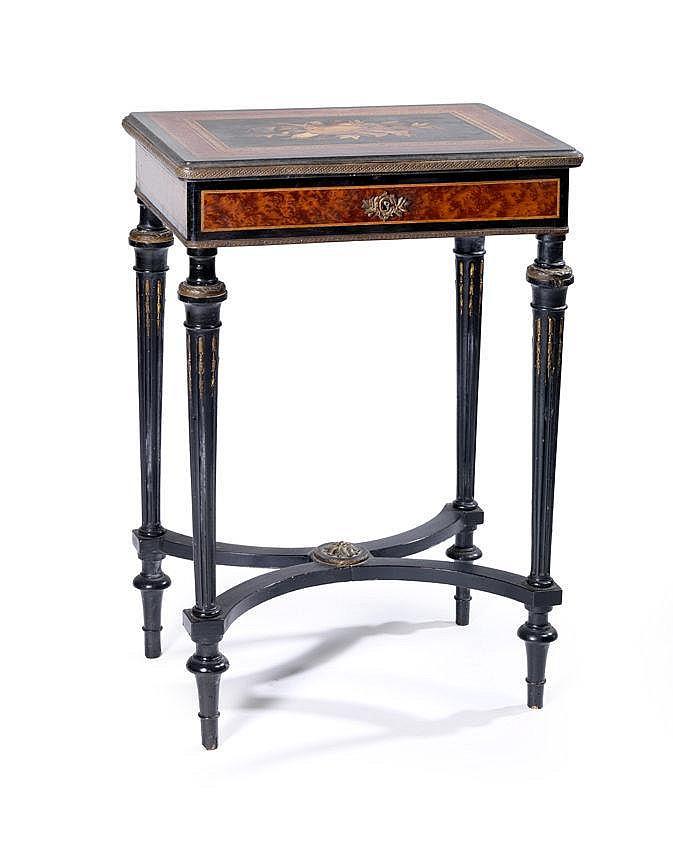 petite table travailleuse de forme rectangulaire elle ouvre. Black Bedroom Furniture Sets. Home Design Ideas