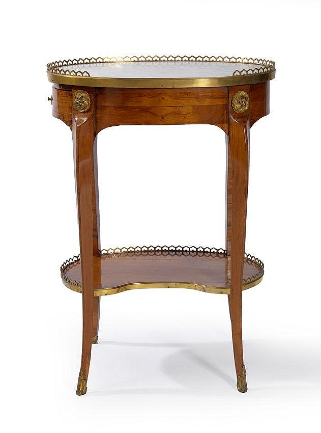 Petite table de salon de forme ovale elle est plaqu e d 39 un b for Petites tables de salon