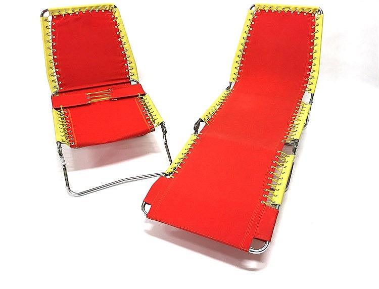 Paire de chaises longues vers 1970 toile rouge et ska jau for Chaise longue bois et toile