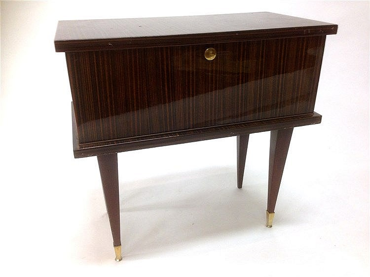 petite table chevet en formica imitation zebrano ouvrant en. Black Bedroom Furniture Sets. Home Design Ideas