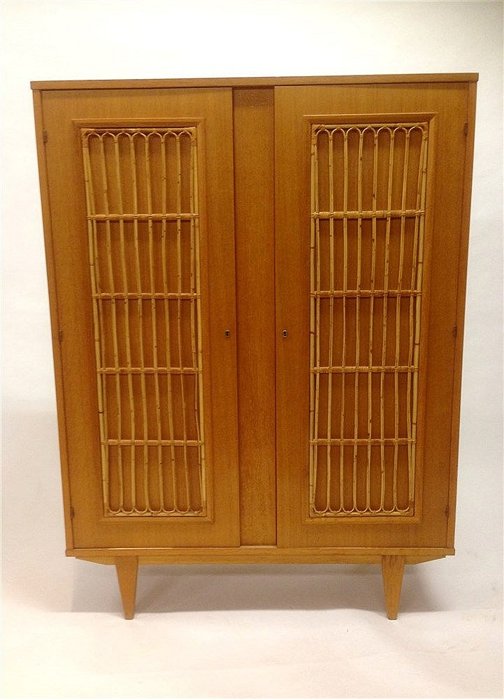 petite armoire penderie en bois verni vers 1960 ouvrant par. Black Bedroom Furniture Sets. Home Design Ideas