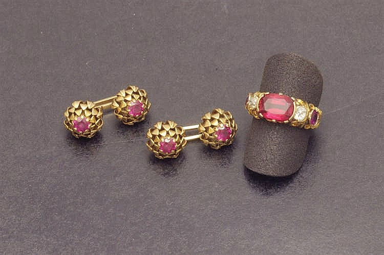 Cufflinks and ring in gold with ruby imitation