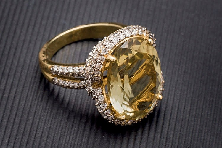 Yellow gold ring with lemon quartz and diamonds
