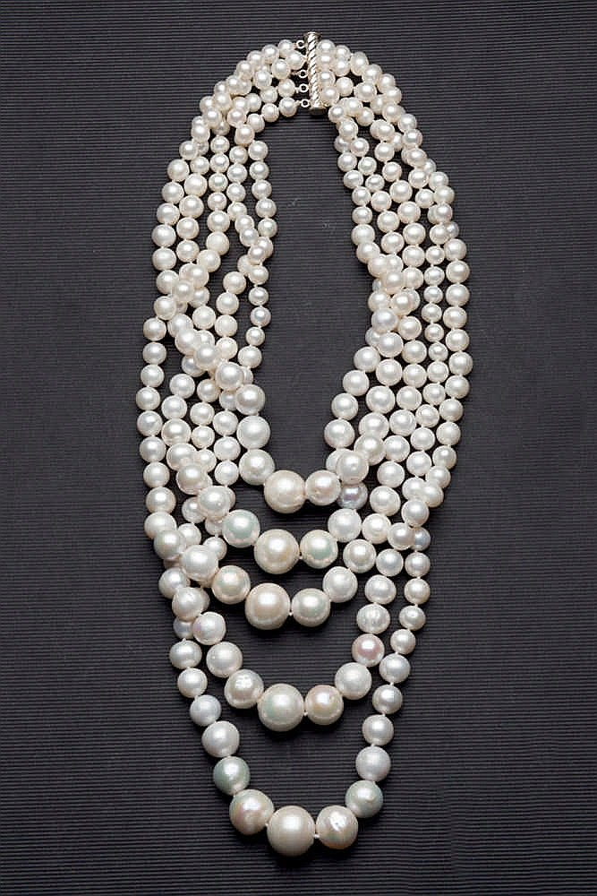 Cultivated pearl necklace with gold brooche